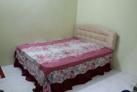 It a bed room with queen size bed - Maison