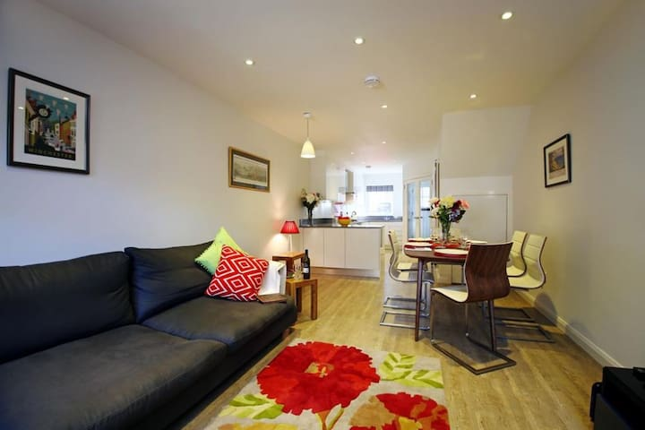 The Winchester Pad Sleeps 8, This modern town house is ideally located to make the most out of your stay in Winchester. - Winchester - Casa