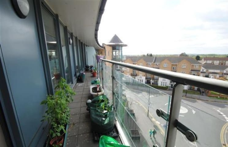 Room in penthouse flat - Feltham - Apartment