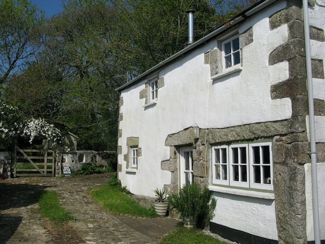 Barn Cottage, Gweek - perfect for couples