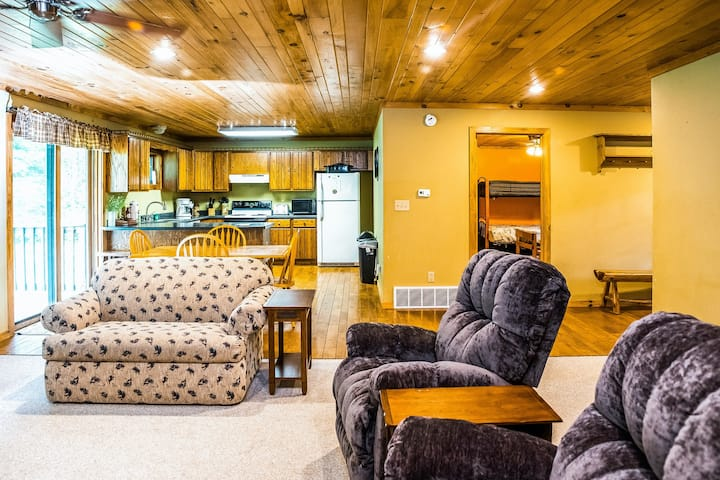 Large log cabin w/private hot tub/back yard/full kitchen - close to lake & trail