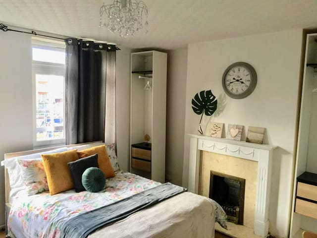 Double for 2 near Canary Wharf, 5 min DLR, Leon(1)