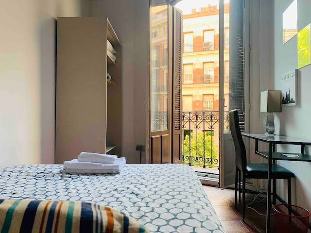 Lovely bedroom in Gran Via with Balcony