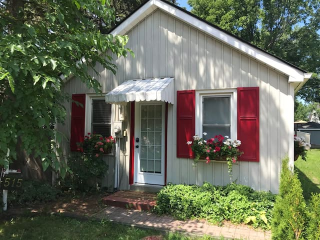 Cozy and Charming Cottage - Walk to Down Town