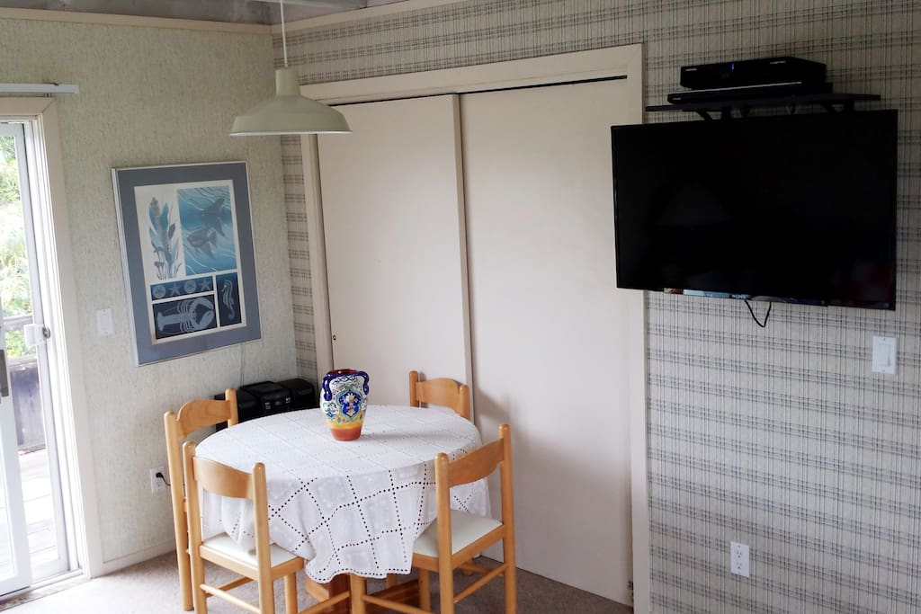 Dinette & Cable TV with DVD player
