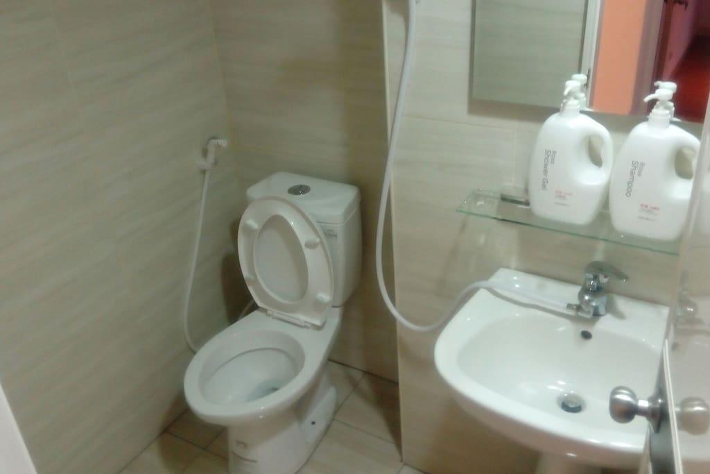 全新乾淨衛浴,還有洗屁屁的沖洗設備