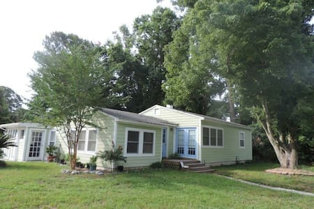 2 BR Beach Cottage - Great Location