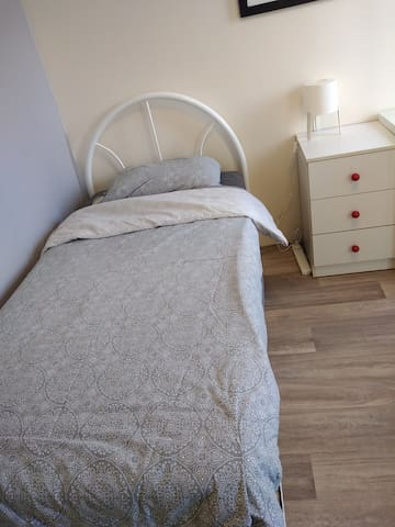 1.Single bed room  near the  Morley Galleria
