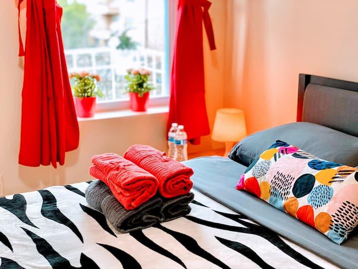 Amazing bright bedroom 15 min to Manhattan. by LGA