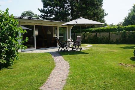 Vrijstaande vakantiewoning met riante tuin en op loopafstand van het Veerse Meer