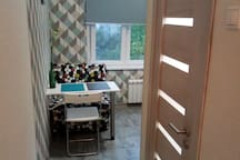 Вход на кухню , дверь в санузел