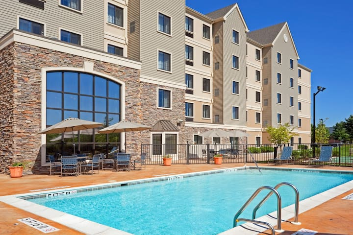 King Suite. Free Breakfast. Seasonal Outdoor Pool. Gym. Close to Longwood Gardens!