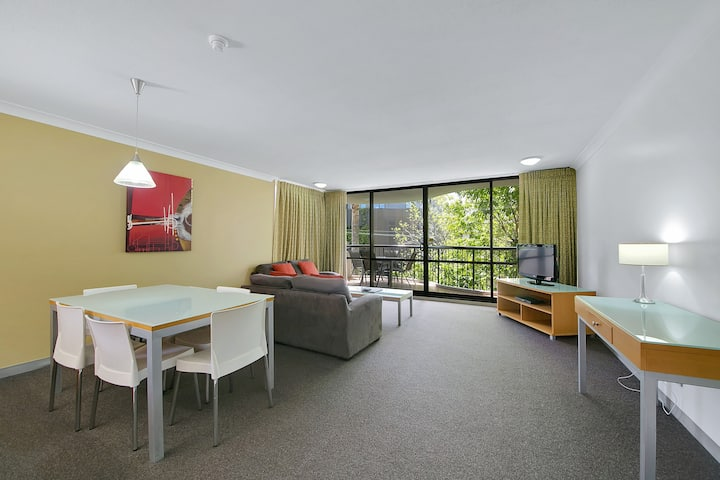 Spacious, Bright & Central Apartment w/ King Bed