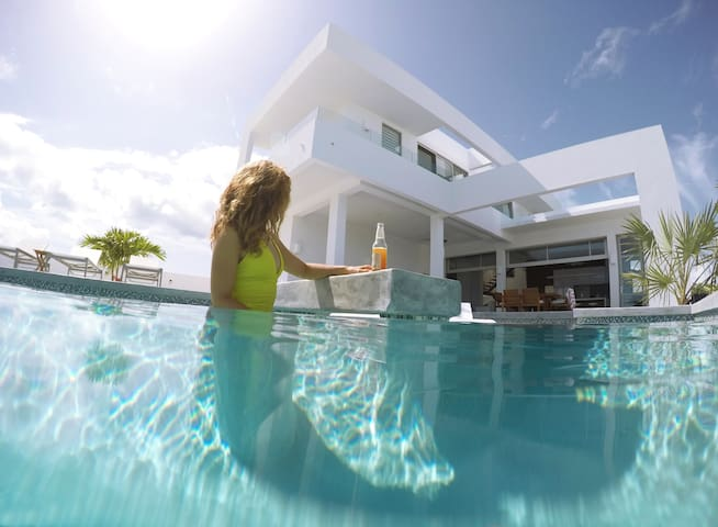 Ultra Modern Villa - Great Location and Ocean View - Long Bay Beach - Villa