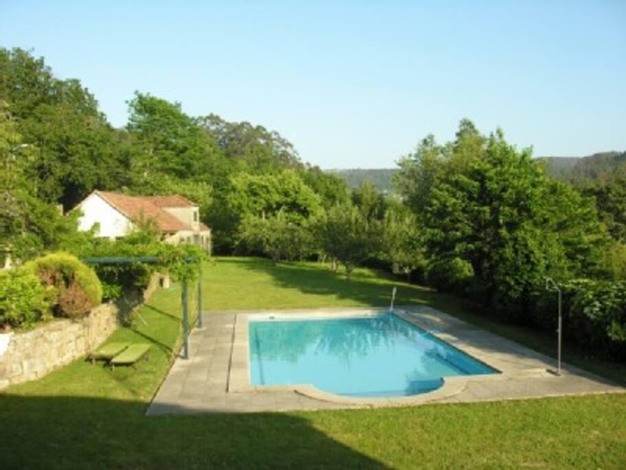 Vista de la piscina y la segunda casa de la finca, donde se encuentra la barbacoa.