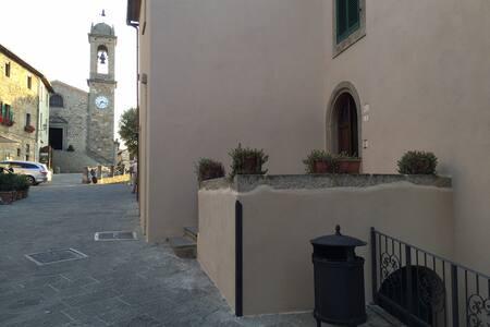Appartamento nella piazza del borgo di Seggiano - Seggiano