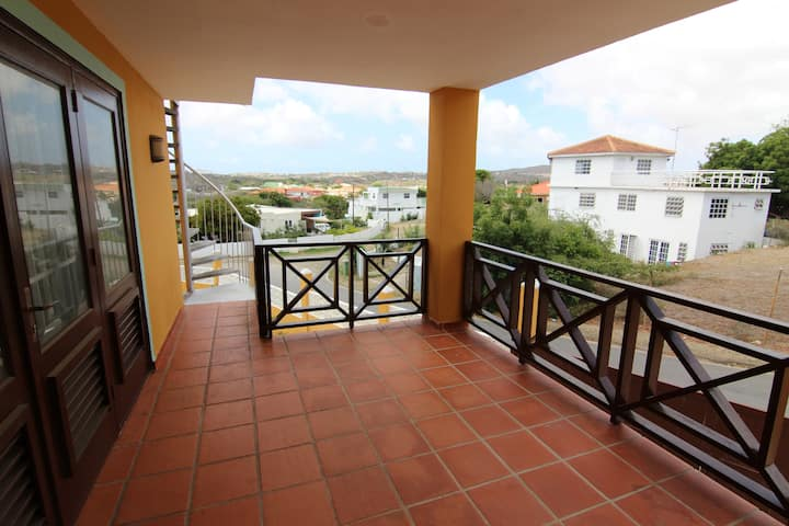 5 Mins to Mambo Beach! Light, Cool Apt with Porch