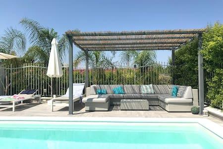 Delightful home refurbished, heated pool, 5' sea.