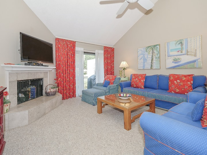 7 Turtle Lane Club ~ Two Minute Walk to the Beach!