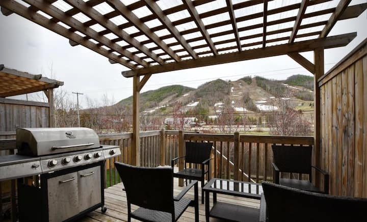 Beautiful 4 Bedroom steps from beachs and ski.
