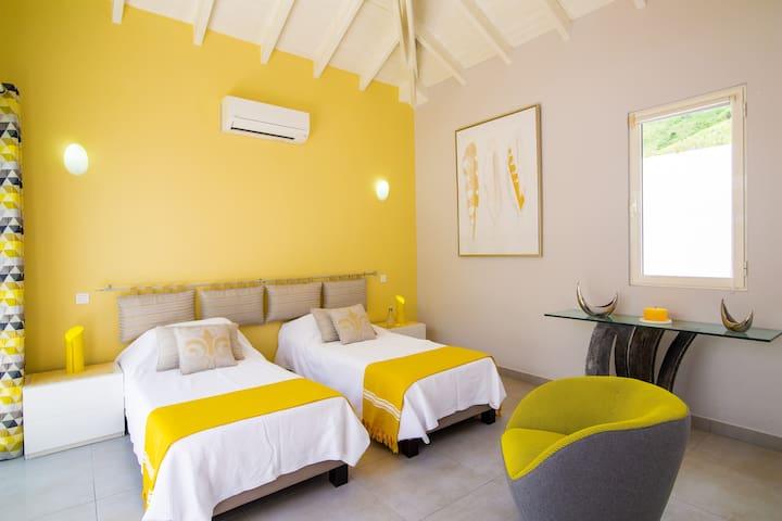 Chambre jaune 2 lits pouvant se transformer en 1 grand lit