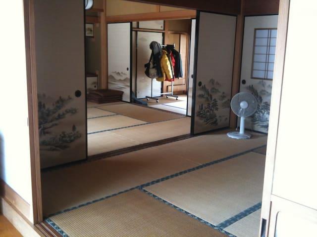 客室は和室となります。 畳の香りの中、のんびりとお過ごしください♬ 今シーズンから基本的にグループ分けにし、相部屋は行っていません。