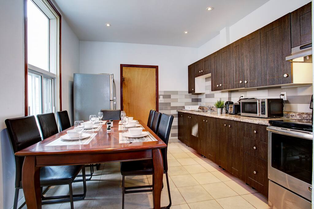 Karla Booked September 2018 says :  I booked the place last minute but everything went smoothly. I had few questions but he responded to me quickly. Nice and clean space. Great communication :) thank you, my family had a nice time in montreal
