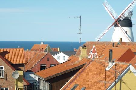Hyggelig ferielejlighed med udsigt over østersøen. - Gudhjem - Apartamento