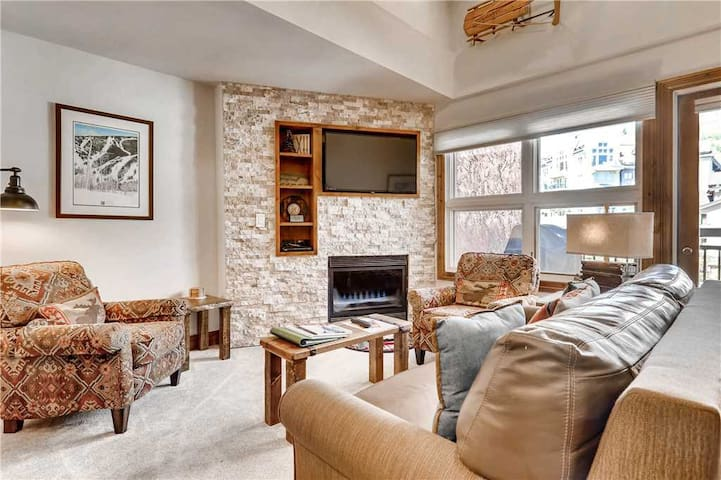 Condo in ski-in/ski-out complex, shared hot tub and pool