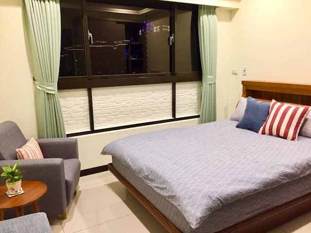 Master room with mountain view and private bathroom which has ocean view and also both bath tub and shower.  主臥套房有山景,房內獨立浴室有海景, 可泡澡、可淋浴。