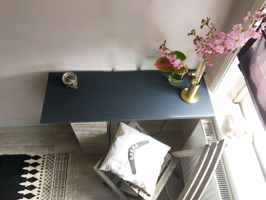 Small working/make up desk and ofcourse our Dutch treat