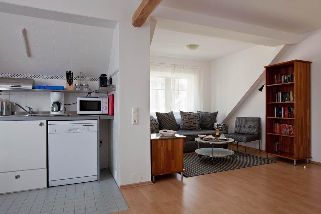 Der Wohnraum des Studios mit Kochnische