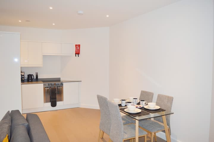 Deluxe 1 Bedroom St Albans Apartment , 5 mins Walk to the Station, Free WiFi & Parking.