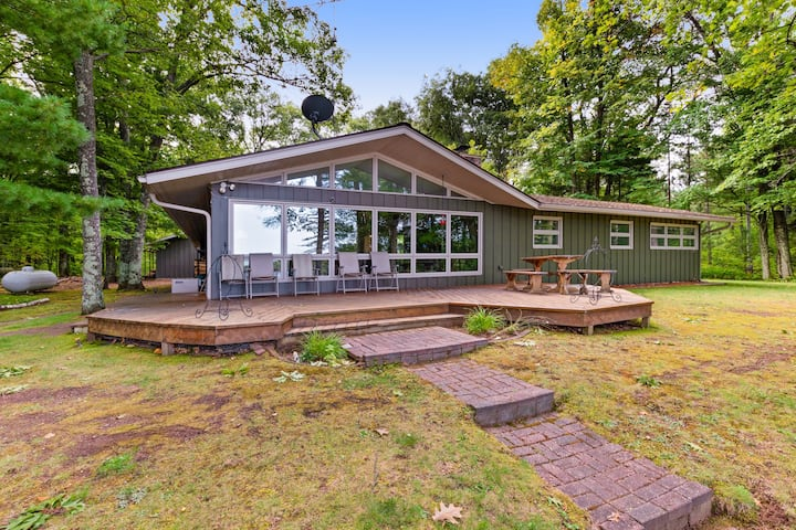 Family friendly & dog-friendly lakefront home w/shared dock and boathouse