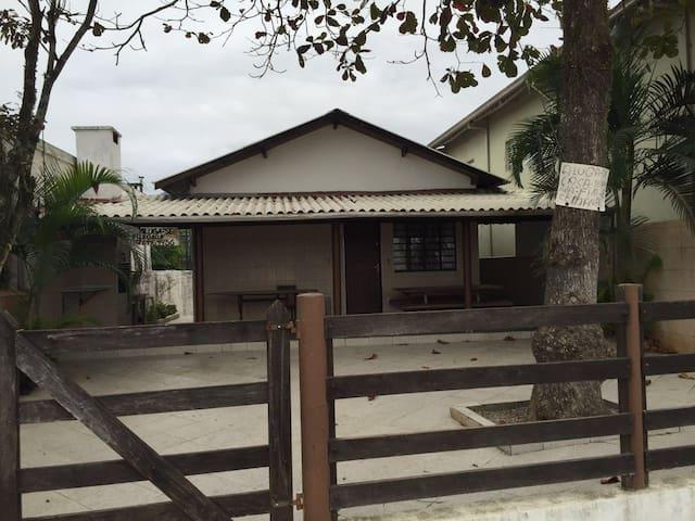Casa Confortável a 100 m da Praia da Maranduba