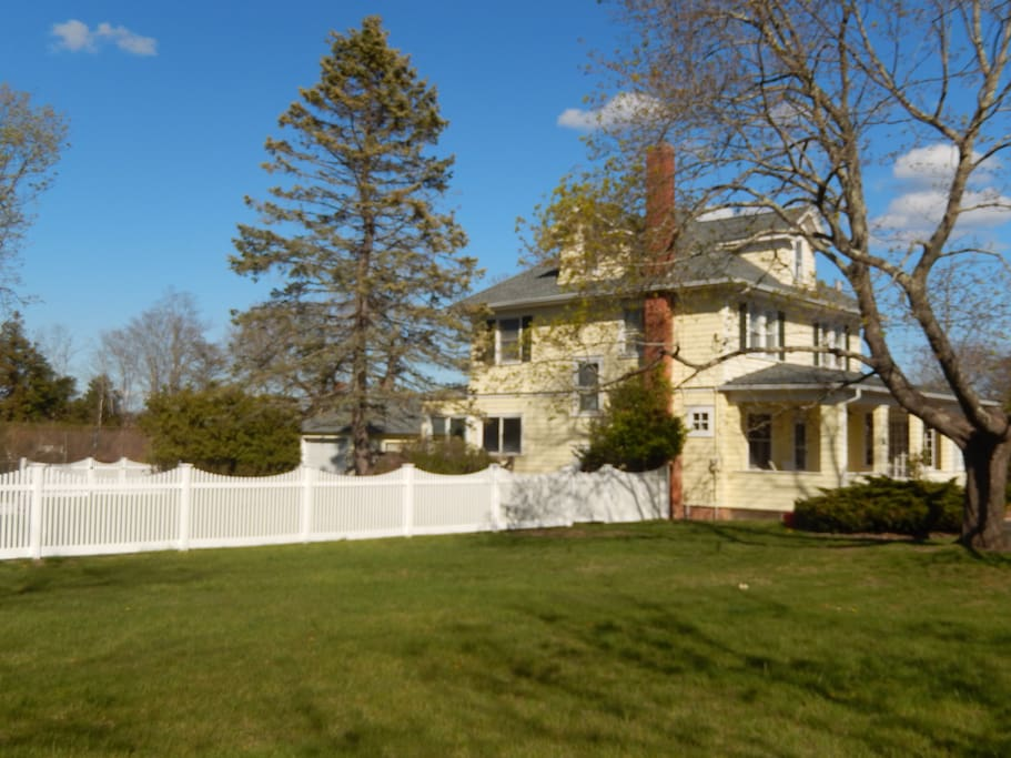 Country Charm on 1 full acre -Swimming Pool, Tennis Court, Lawn for outdoor games