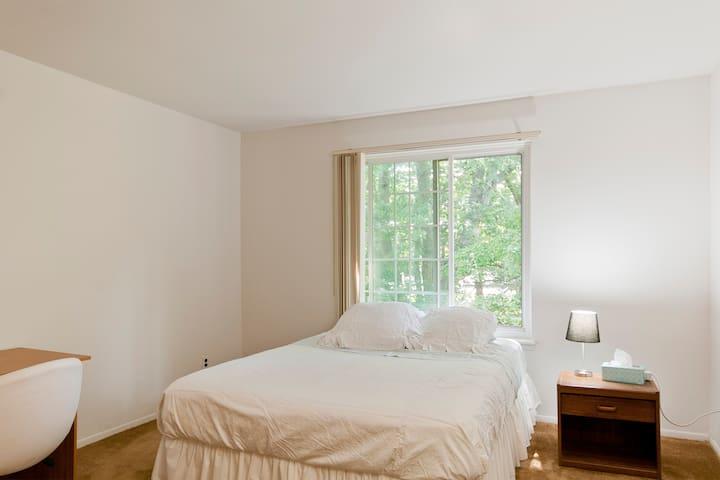 Large Room w/ Private Bathroom - Farmington Hills - Lejlighed