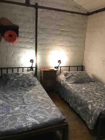 Quarto para 2 pessoas c/ camas de solteiro.