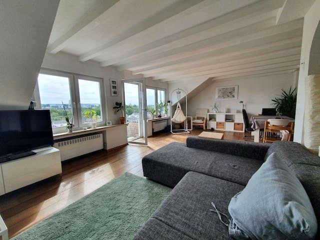 Wohnzimmer mit Zugang zur Dachterrasse - TV, Couchecke
