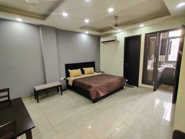 Stylish Apt. w/ Lift ,WiFi & King Bed★FREE PARKING