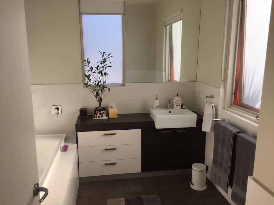 Private en-suite bathroom (alternate angle)