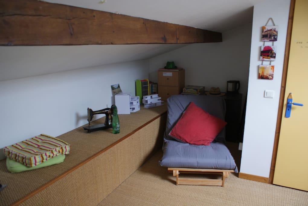 Avec un futon une place pouvant donner un couchage suppléméntaire