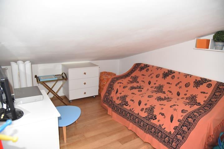 piano mansardato - divano letto 2 pax