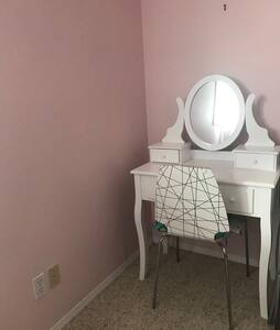 Central Pink spacious bedroom close to everywhere