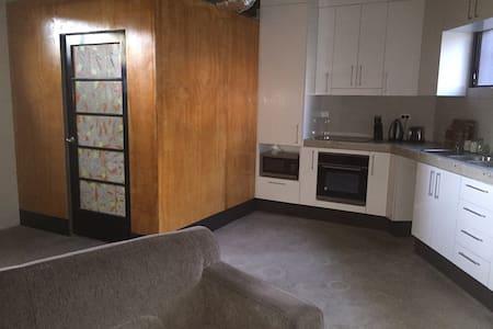 Funky studio in quiet suburb - Mount Gravatt East - Apartment