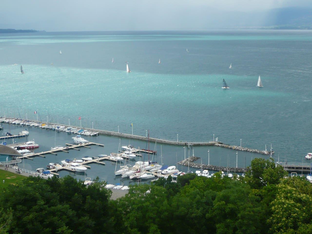 Magnifique vue plongeante sur le port et le lac