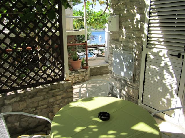 One bedroom apartment with terrace and sea view Stomorska, Šolta (A-14960-a)