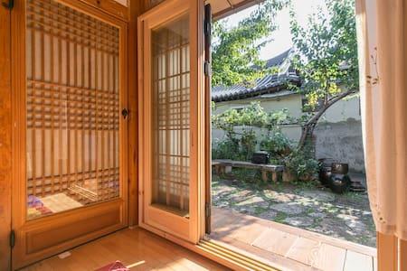Moonlight House-머루방. 짐을 보관할 수 있는 작은마루가 있어요. 천정이 높음 - Jeonju-si - House