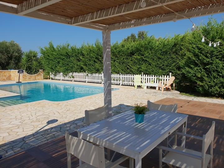 Rustig vakantiehuis, privé zwembad, 10 min van zee