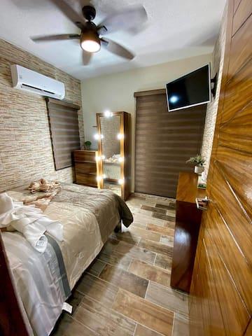 Recámara principal, con pantalla, ventilación y aire acondicionado, con un bonito tocador tipo vanity para las mejores fotos